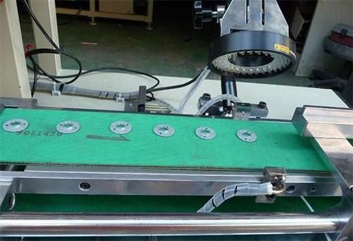 雷竞技raybet引导的机器人简化了元件生产和检验